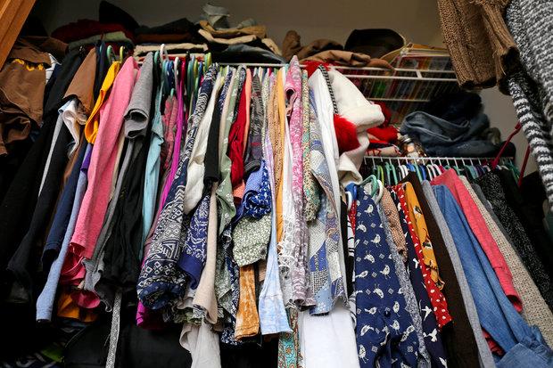 Konec přeplněné skříně s oblečením. Foto: