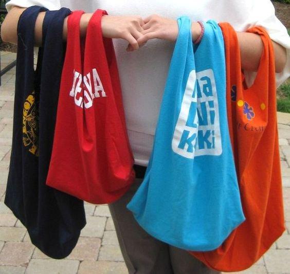Ze starých triček si můžete udělat nákupní tašky. Foto: