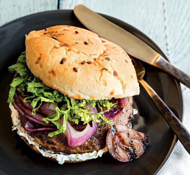 Žampionové burgery s kozím sýrem a grilovanou cibulkou Foto: