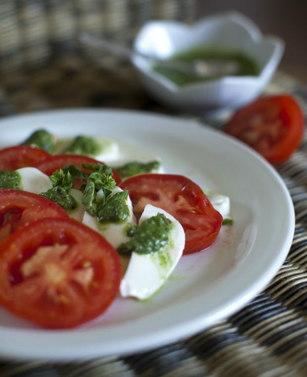 Bůvolí mozzarella s rajčaty a bazalkovým pestem Foto: DIETAVKRABICCE.CZ