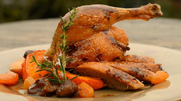Pomalu pečená kachna s meruňkami a kaštany a křupavá dýně  Foto: