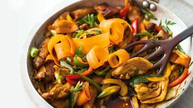 Kuře se zeleninou a nudlemi po čínsku Foto: