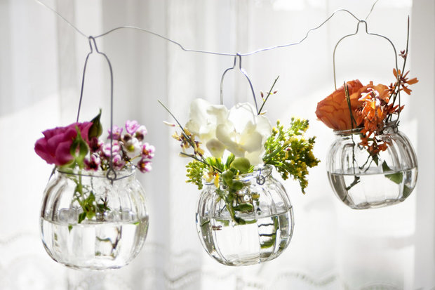 Do lepších sklenic dejte květiny - můžete zavěsit nebo položit na stolek... Foto: