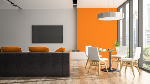 Oranžová rozveselí i obývák. V kombinaci s bílou a černou to vypadá stylově... Foto: