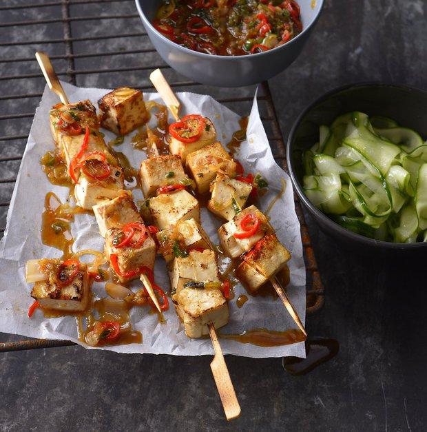 Grilované tofu špízy s okurkovým salátem  Foto: