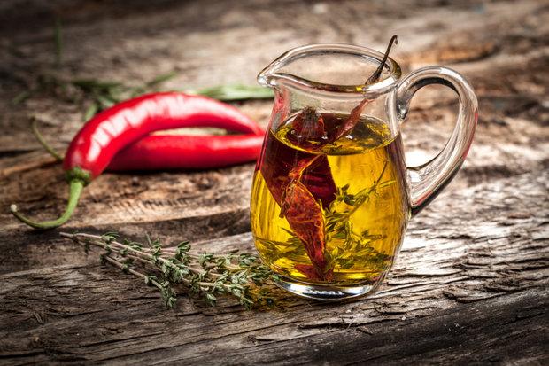 Zpracování chilli - ochucený olivový olej Foto: Thinkstock
