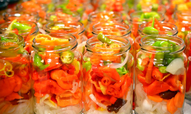Zpracování chilli - sterilované chilli papričky naložené v láku Foto: Petr Klemeš / PEDRO LOCO