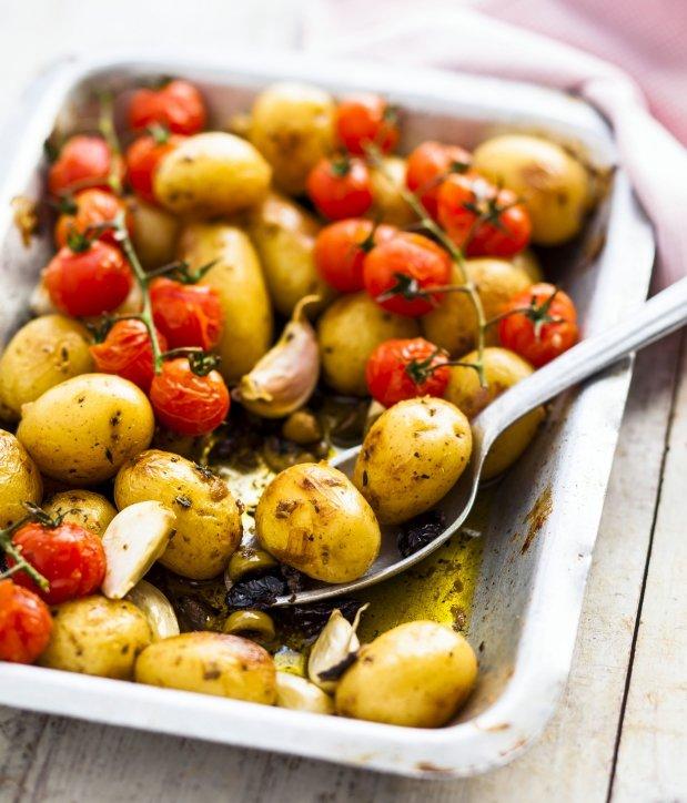 Středomořské pečené brambůrky s rajčaty Foto: