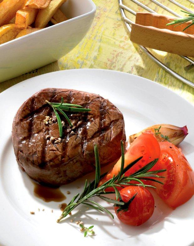 Marinovaný steak s hranolky a pečenými rajčátky  Foto:
