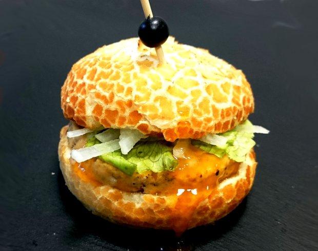 Burger z krokodýla s mango a jalapeňo omáčkou Foto: