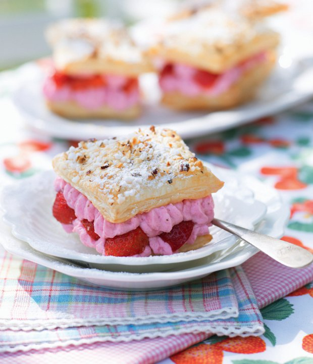 Lehký dezert s tvarohovým krémem a jahodami  Foto: