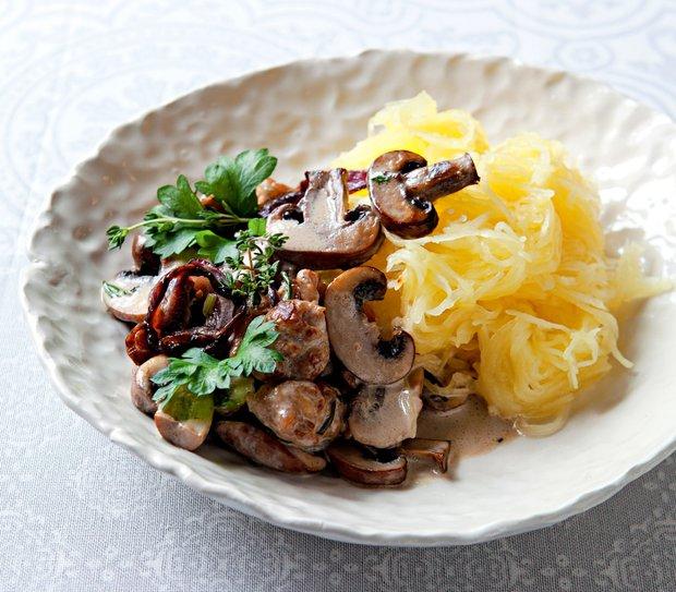 Špagetová dýně s omáčkou z žampionů, klobásky a parmazánu  Foto: