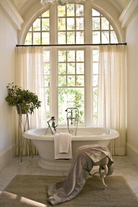 Francie, má láska! Francouzské okno budící pozornost, lehké záclony až na zem s jemností pavučiny, mramorová podlaha a koupelna v samotném středu místnosti.. Foto: