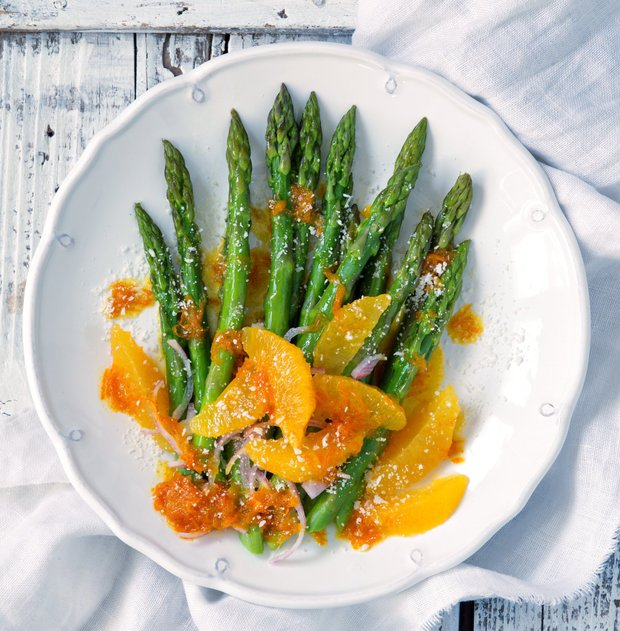 Teplý chřestový salát s pomerančovou zálivkou  Foto: