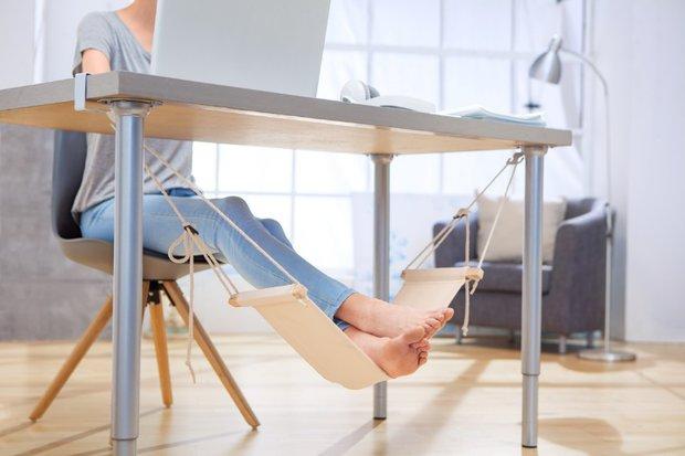 Čeká vás uzávěrka a nemůžete se od svého stolu ani hnout? Vaše oči trpí stejně jako nohy a zatímco na to první vám můžeme doporučit maximálně kapky, druhé vyřešíte pořízením závěsné houpací sítě na nohy. To je paráda! Cena: 199 Kč Foto: