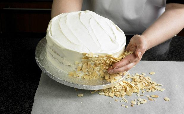 Mandlový piškotový dort s malinami Foto: isifa.com