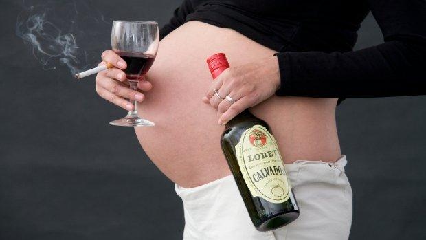 Těhotná žena s cigareou a lahví alkoholu Foto: www.porodnice.cz