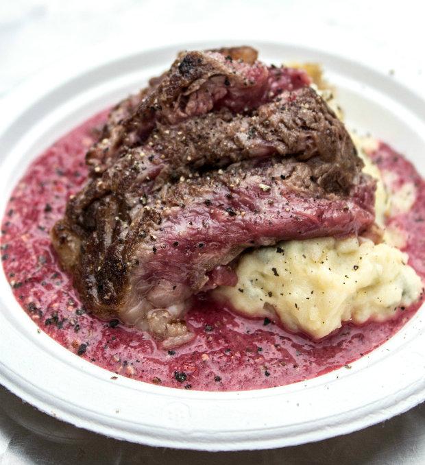 Rib Eye steak s cuketovou kaší a omáčkou z červené řepy s bazalkou z Chefparade Foodtruck Foto: Tereza Pánková TASTY TALKINGS