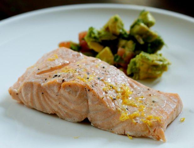 Losos vařený v páře s avokádovým salátem a bramborem Foto: