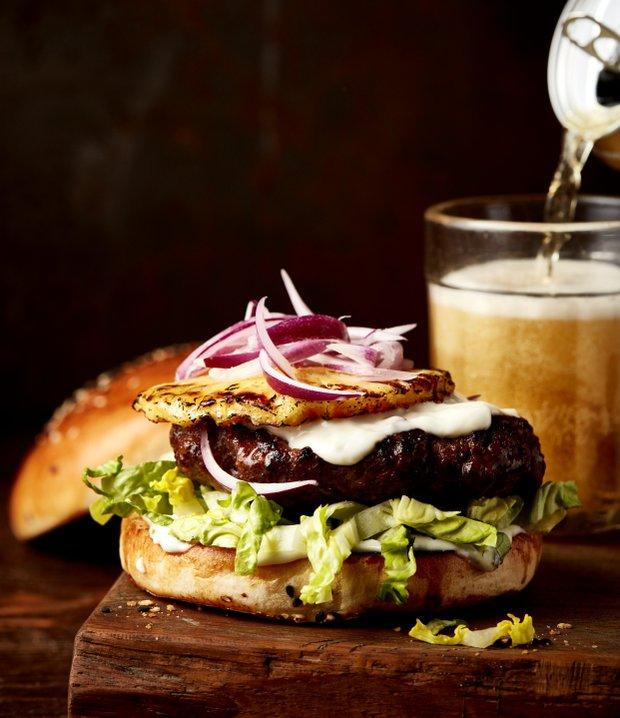 Hovězí burger s grilovaným ananasem  Foto:
