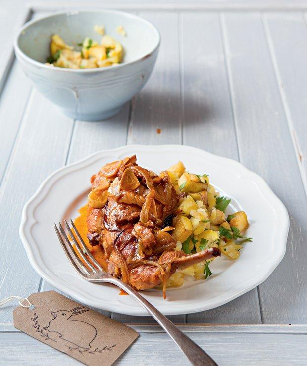 Králičí stehna v ciderové cibuládě a šťouchané brambory s jablky  Foto: