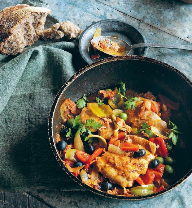 Kuře s paprikou, olivami a šunkou  Foto: