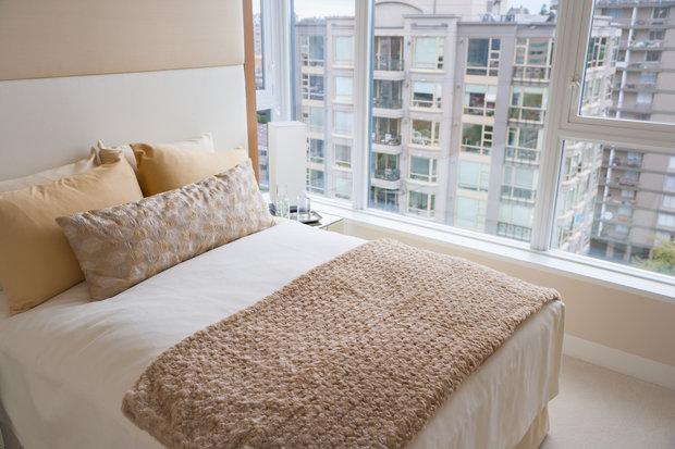 Díky ustlané posteli, což trvá zhruba 20 vteřin, působí ložnice uklizeným dojmem. Foto: