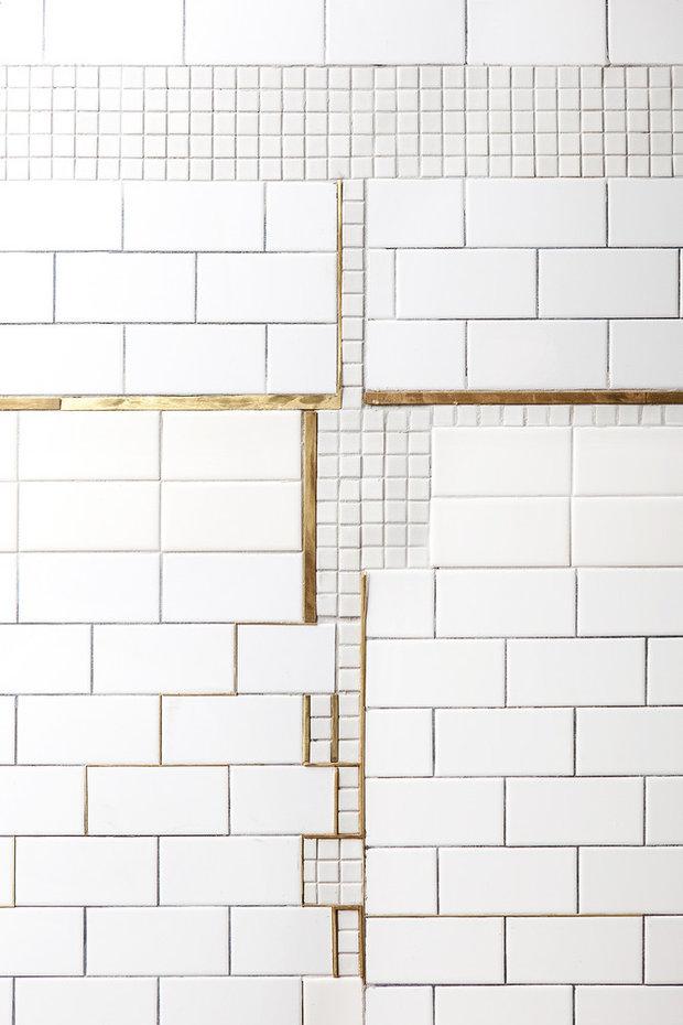 Zaměřte se pouze na poškozené dlaždice, nahradit je můžete například mozaikou kombinovanou s netradičními materiály. Výsledek? Koupelnový originál. Foto: