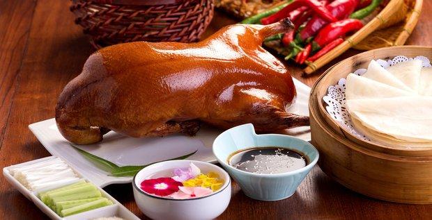 Pekingská kachna servírovaná s tradičními plackami, zeleninou a omáčkami Foto: