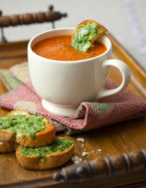 Polévka z rajčat a červené papriky s krutóny s pestem Foto: isifa.com