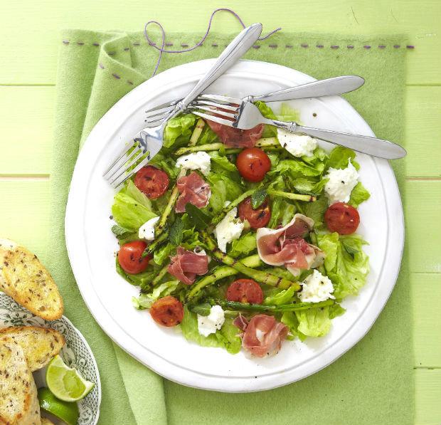 Salát s grilovaným chřestem, mozzarellou a pršutem Foto: archiv Gurmet