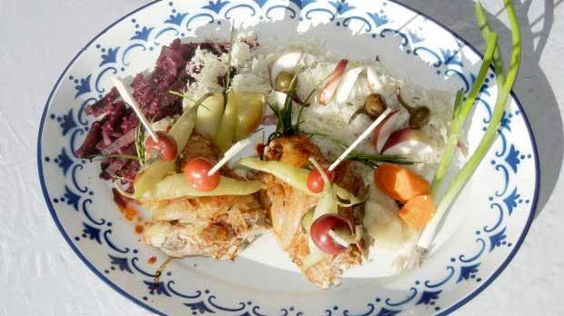 Vařené koleno se salátem z kysaného zelí s křenem a jablky