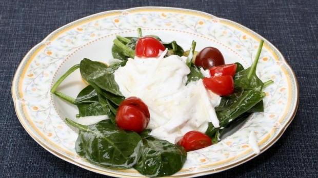 Špenátový salát s bílou ředkví a jarním kozím sýrem