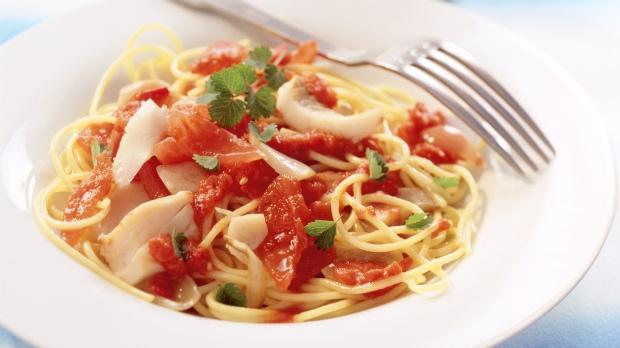 Špagety somáčkou zrajčat a tresky