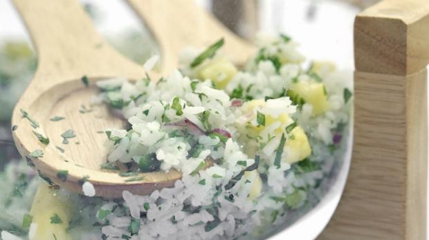 Rýžový salát sbylinkami a ananasem