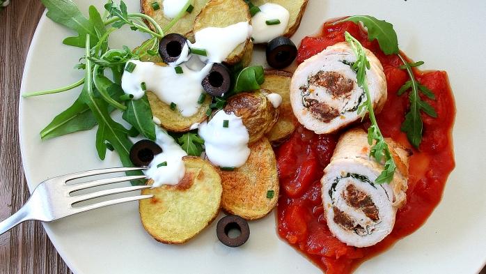 Krůtí rolky s rajčatovou omáčkou a salátem z pečených brambor