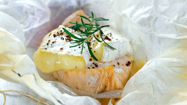 Filety z lososa s camembertem v papilotě