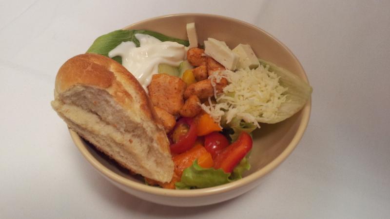 Salát s grilovanými kuřecími jatýrky