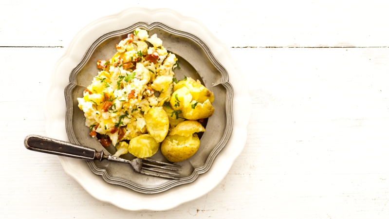 Květákový mozeček s klobáskou a bramborami