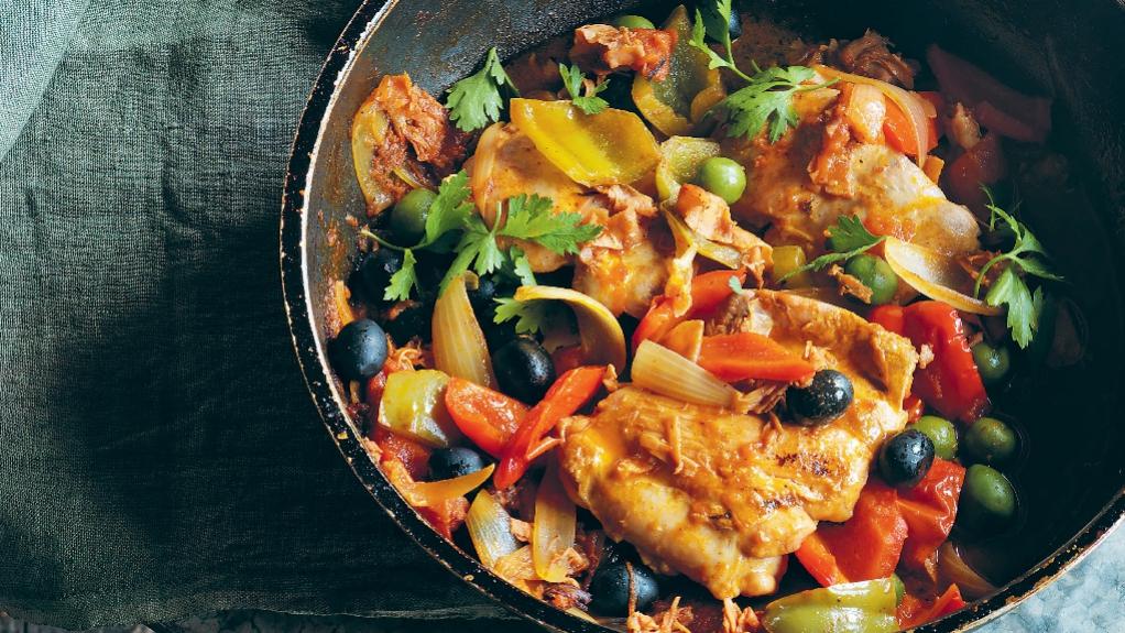 Kuře s paprikou, olivami a šunkou