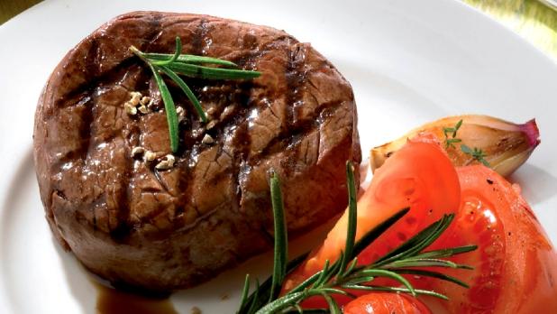 Marinovaný steak shranolky apečenými rajčátky