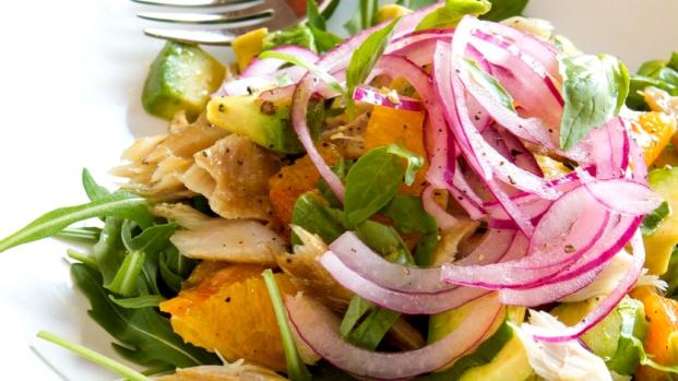 Salát s uzenou makrelou, pomerančem a avokádem
