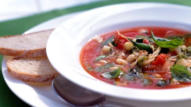 Polévka sfazolemi, těstovinami abazalkou