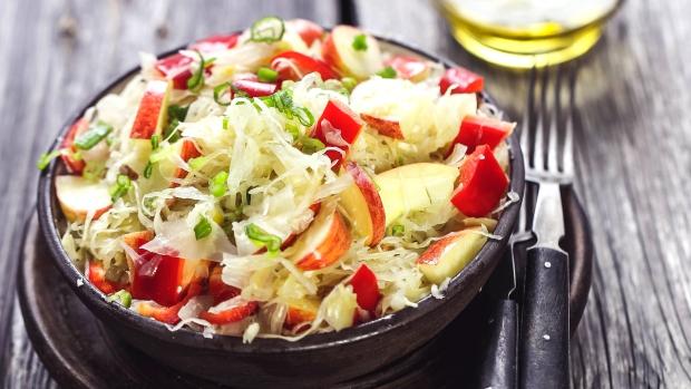 Salát z kysaného zelí s jablky