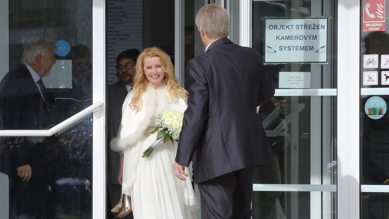Iveta Bartošová s Josefem Rychtářem jdou z radnice