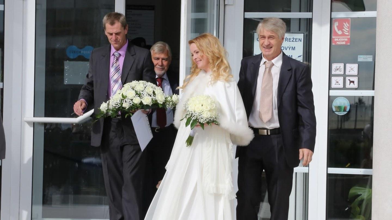 Iveta Bartošová s Josefem Rychtářem po obřadu