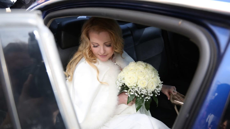 Iveta Bartošová vystupuje z auta před radnicí