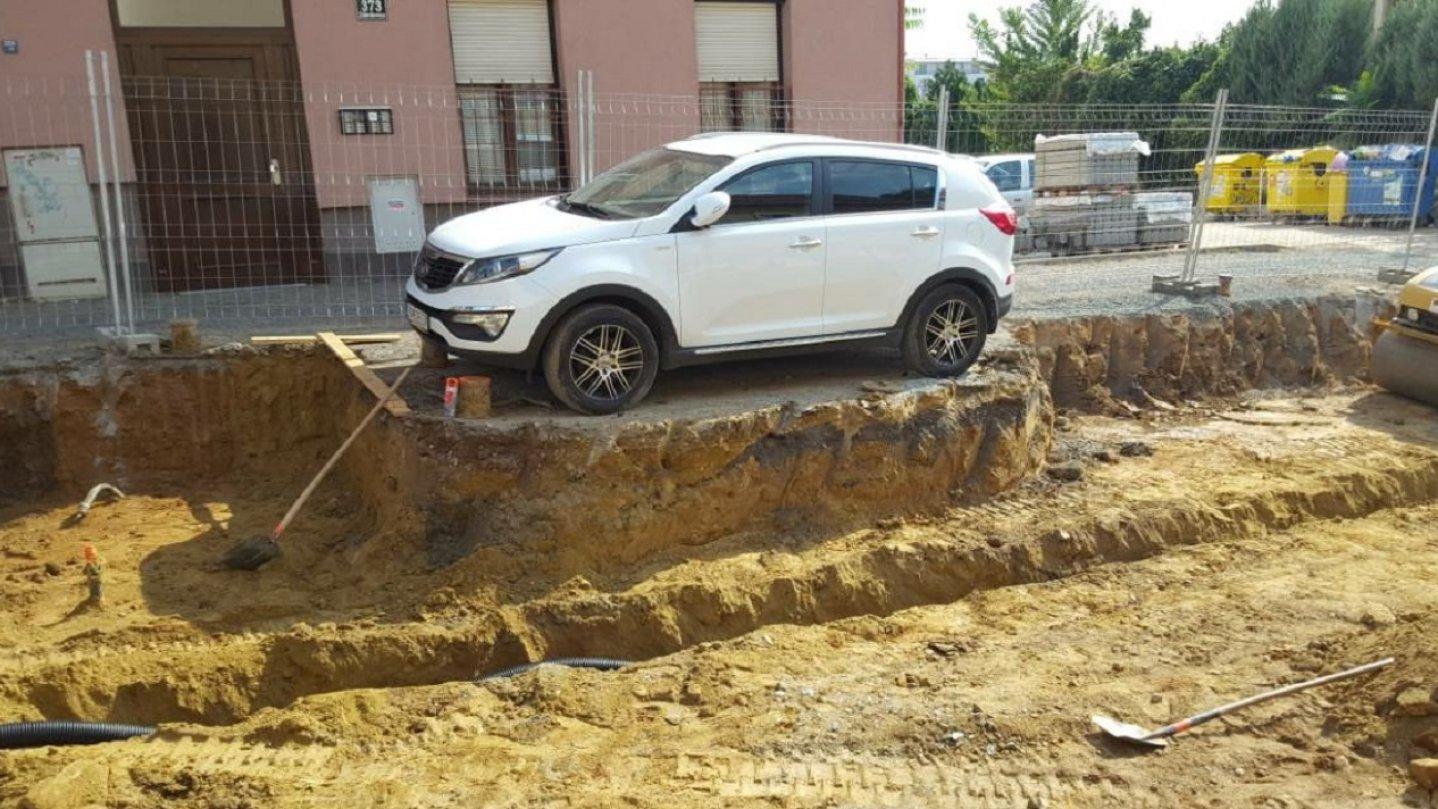 Trosečník v Brně. Místo odtahu dělníci auto obkopali