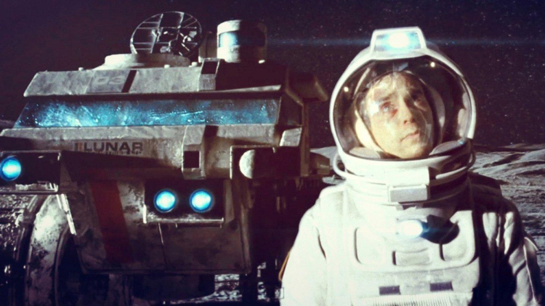 Moon (2009) – Komorní sci-fi o jediném zaměstnanci měsíční základny.