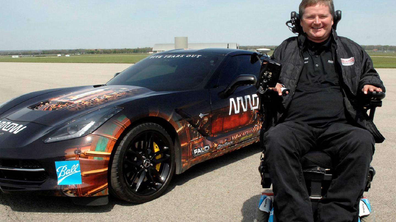 Nehýbe rukama ani nohama, přesto ovládá svou Corvette jako mistr